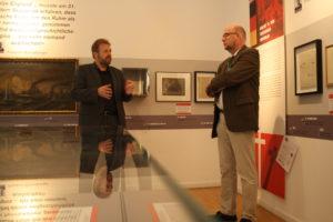 Museumsleiter Dr. Huck führt EKD-Friedensbeauftragter Brahms durch die Ausstellung (v.l.)